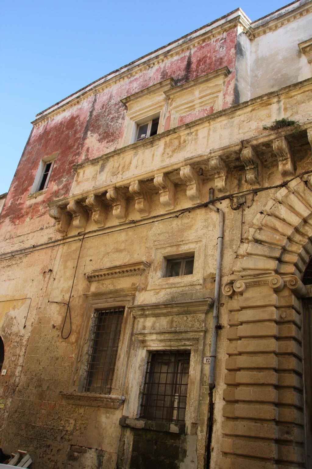 Palazzo barocco su due piani in vendita a lequile for Piani di palazzi contemporanei